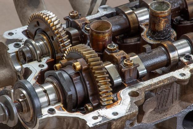 車のエンジンのヘッドにあるカムシャフトギア