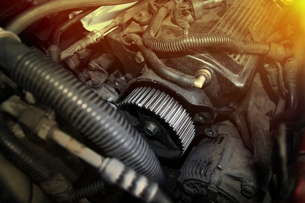 タイミングベルトを交換するためのカムシャフトプーリーv字型自動車エンジンの準備