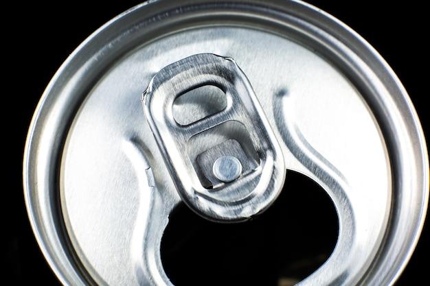 黒の背景に炭酸飲料の缶。夏の暑さの中でさわやか。休暇の気分。