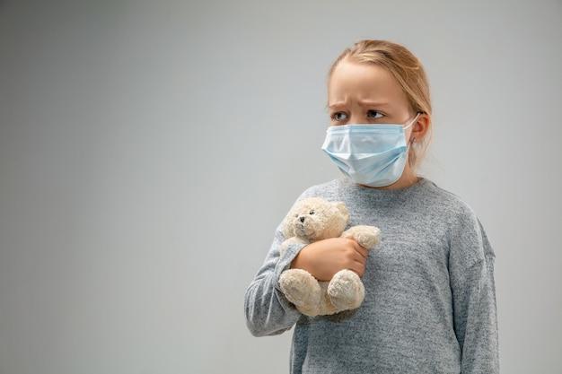 Не могу дышать. кавказская маленькая девочка в респираторной маске от загрязнения воздуха и частиц пыли превышает пределы безопасности. концепция здравоохранения, окружающей среды, экологии. с ребёнком.