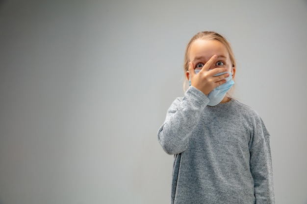 Не могу дышать. кавказская маленькая девочка в респираторной маске от загрязнения воздуха и частиц пыли превышает пределы безопасности. концепция здравоохранения, окружающей среды, экологии.