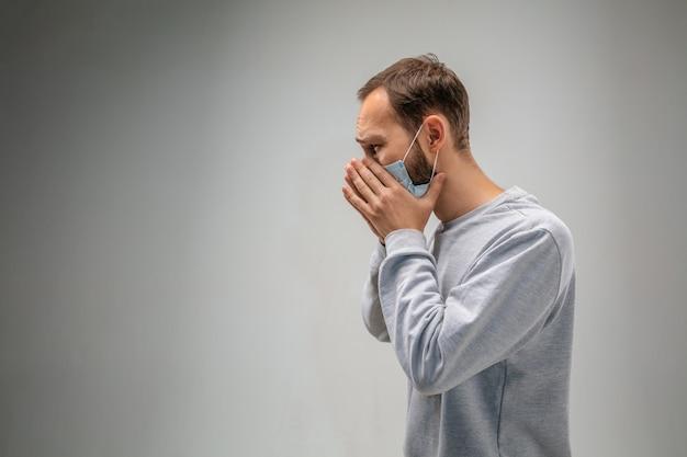 Не могу дышать. кавказский мужчина в респираторной маске от загрязнения воздуха и частиц пыли превышает пределы безопасности. концепция здравоохранения, окружающей среды, экологии. аллергия, головная боль.