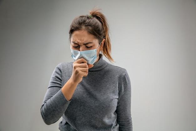 Не могу дышать. кавказская женщина в респираторной маске от загрязнения воздуха и частиц пыли превышает пределы безопасности. концепция здравоохранения, окружающей среды, экологии. аллергия, головная боль.