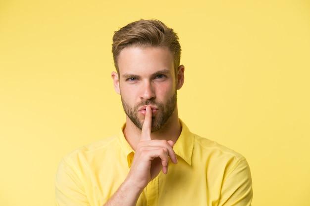 당신은 비밀을 지킬 수 있습니까 잘 생긴 남자는 그의 입술에 검지 손가락을 유지할 수 있습니다 조용히 비밀 이야기 개념