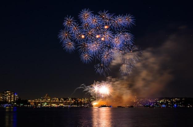 カナダの日の休日は新年のお祝いのカラフルな花火に敬意を表する