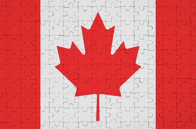 캐나다 국기는 접힌 퍼즐에 그려져 있습니다