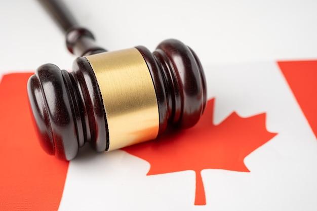 裁判官の弁護士のためのガベルとカナダの旗