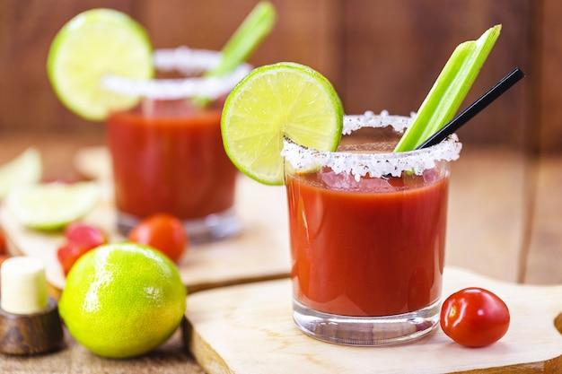 Канадский напиток цезарь. сделано с водкой, острым соусом и соусом, подается со льдом в сельдерее.