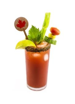 Канадский напиток цезарь, типичный канадский напиток, с острым соусом, сельдереем, лимоном, водкой и льдом. тарелка с украшением канадского флага