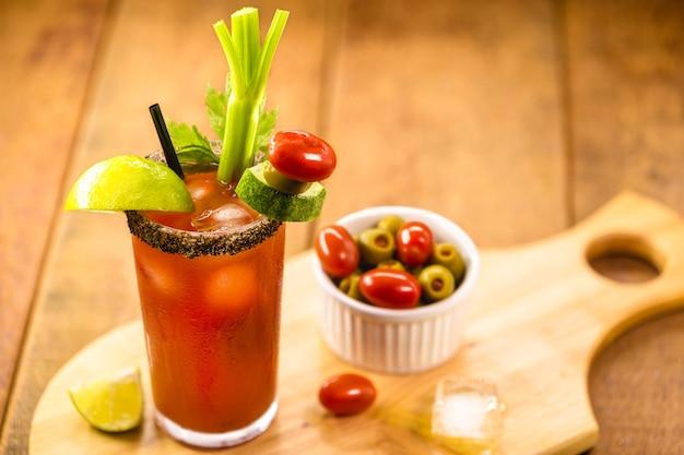 Канадский напиток цезарь, типичный канадский напиток, с острым соусом, сельдереем, лимоном, водкой и льдом.