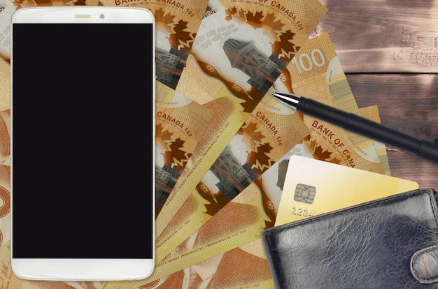 Купюры канадского доллара на белом фоне