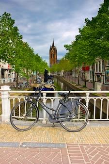 Канал и старая церковная башня в делфте, голландия