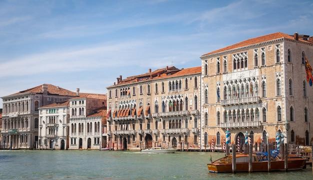 그란데 운하(canal grande)는 베니스에서 가장 중요한 운하로 멋진 전망을 자랑합니다.