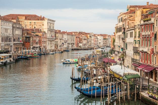 운하 그란데(canal grande)는 멋진 전망을 갖춘 베니스의 가장 중요한 운하입니다.