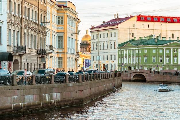 Канал в санкт-петербурге с прекрасным видом летняя открытка туристического города