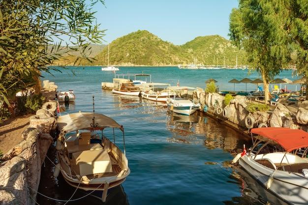 Канал в центре прибрежного города мармарис области ичмелер море и фон с видом на горы.