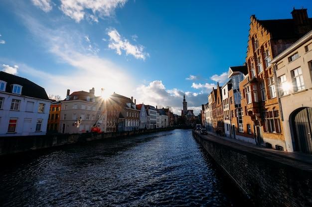 昼間の通りと建物の真ん中にある運河