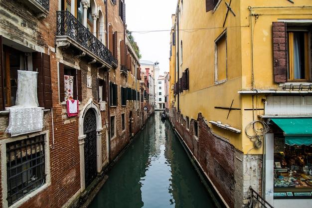 Canale con gondole a venezia, italia. architettura e monumenti di venezia. cartolina di venezia con le gondole di venezia.