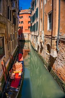 イタリア、ヴェネツィアの伝統的なゴンドラのある運河