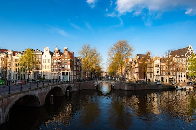 オランダの日没時にアムステルダムの運河