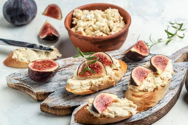 Канапе или кростини с инжиром и козьим сыром, итальянское меню брускетта, рецепт