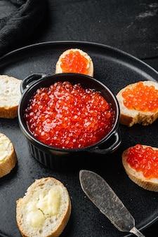 검은 나무 테이블 테이블에 새해 붉은 연어 캐비어와 canape