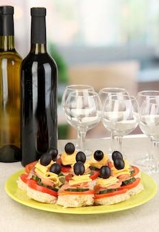 Канапе и вино в ресторане