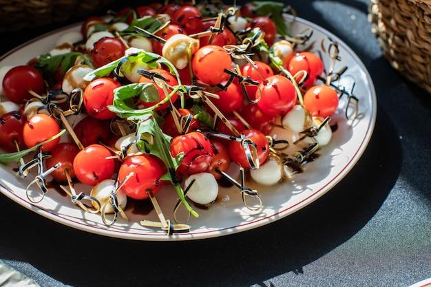 小さなトマトのモッツァレラチーズとルッコラのカナッペ
