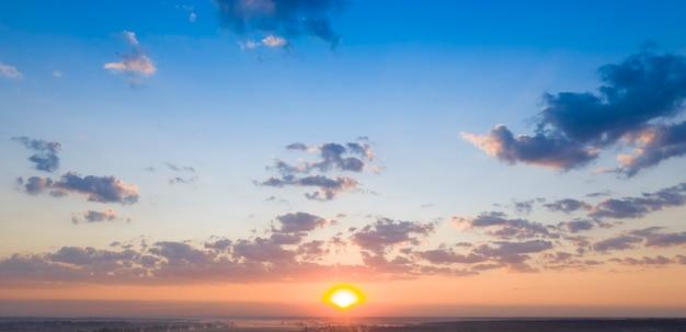 Рак голубое грозовое небо с солнечными лучами.