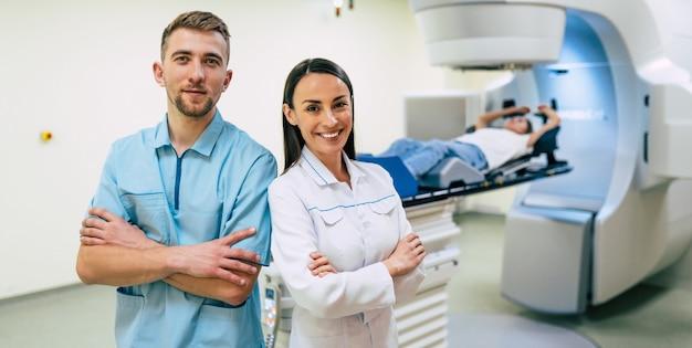 Лечение рака в современной частной медицинской клинике или стационаре с линейным ускорителем. команда профессиональных врачей работает, пока женщина проходит лучевую терапию от рака