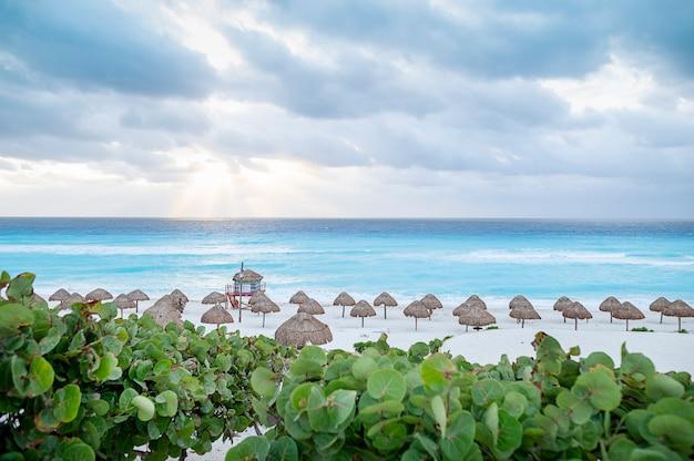 傘とメキシコのカンクンビーチ。高品質の写真