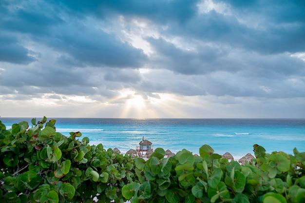 傘とメキシコのカンクンビーチ