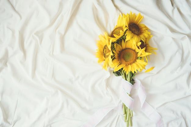 꽃다발과 패브릭 흰색 배경에 솔직한 정통 노란 해바라기 꽃다발