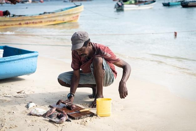 海岸の海の率直な黒人漁師