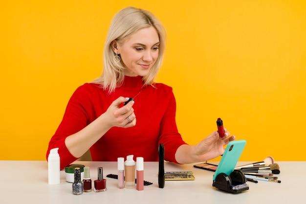 Откровенный снимок симпатичной молодой кавказской женщины-блогера, представляющей косметические товары