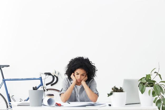Откровенный снимок расстроенной темнокожей женщины-архитектора, испытывающей стресс