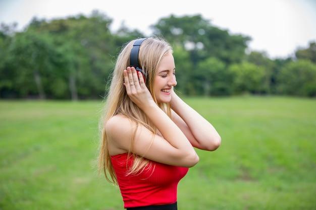Откровенный снимок женщин, слушающих музыку на наушники в парке