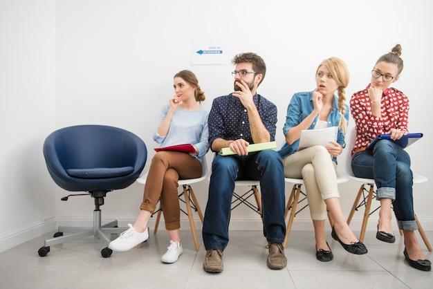 Candidati in attesa di un colloquio di lavoro.