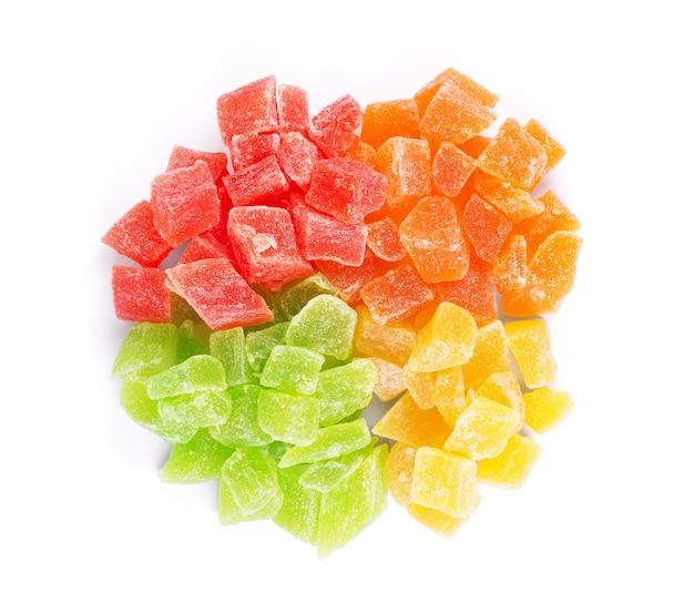 白い背景の上の砂糖漬けの果物グループ
