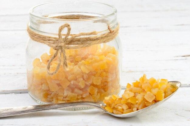 Цукаты апельсины нарезать на кусочки Premium Фотографии