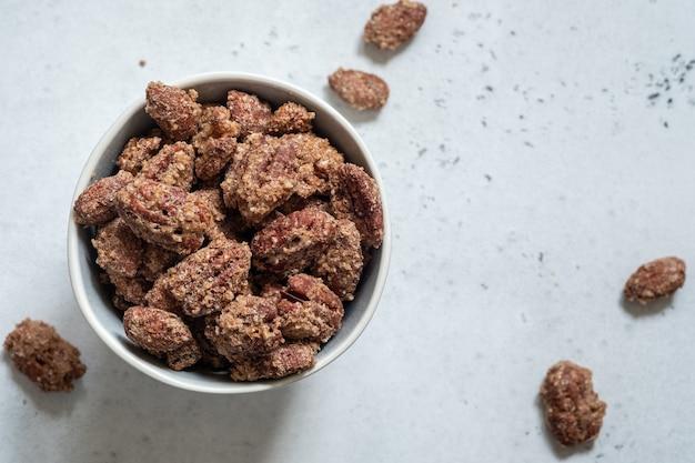 Цукаты из пекана, миндаля и грецкого ореха с коричневым сахаром и корицей
