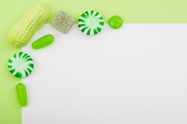 白いテーブルに配置されたキャンディー