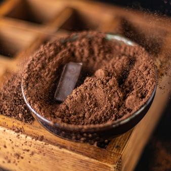 テーブルのコピースペースにココアパウダーナチュラルデザートスイーツミールスナックのキャンディーチョコレートトリュフ