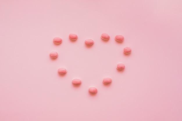 Конфеты, образующие сердце