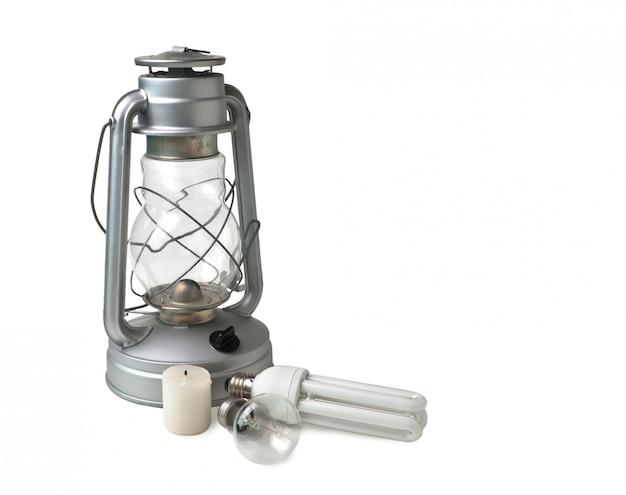 キャンドル、灯油ランプ、白で隔離される電気ランプ