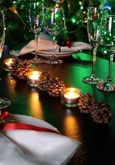 装飾の要素としてのキャンドルとコーンクリスマステーブル