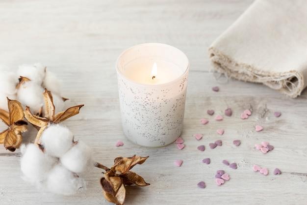 Свеча и хлопковые цветы на день святого валентина