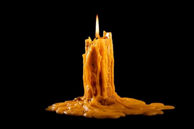 暗闇の中で明るく燃えているキャンドル