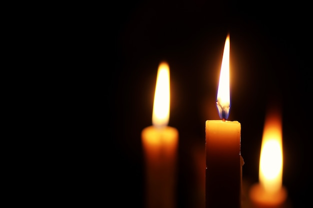블랙에 고립 된 촛불 불꽃