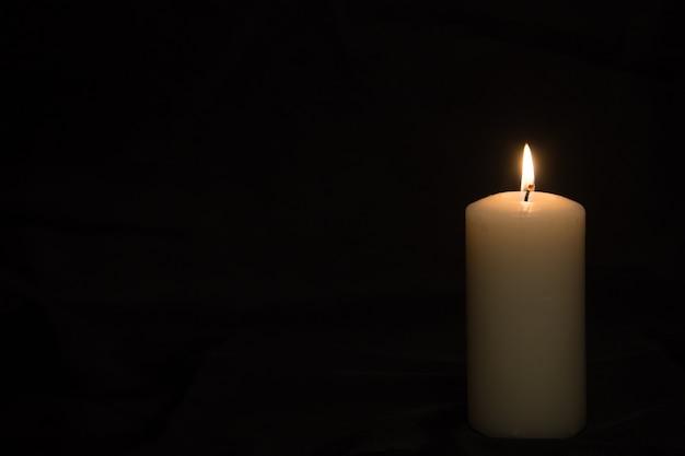 Пламя свечи на темной поверхности